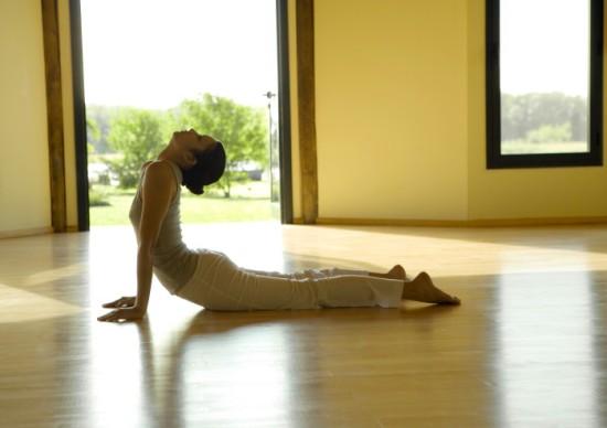 bai-tap-yoga-don-gian-giup-me-sau-sinh-giam-can-nhanh-hon-3