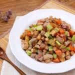 Chế biến món thịt heo xào khoai môn cho bữa ăn giảm cân ngày cuối tuần