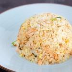 Chế biến món cơm chiên cá hồi cho bữa ăn sáng giảm cân
