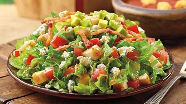 Salad dưa hấu kết hợp dâu nếu thích.