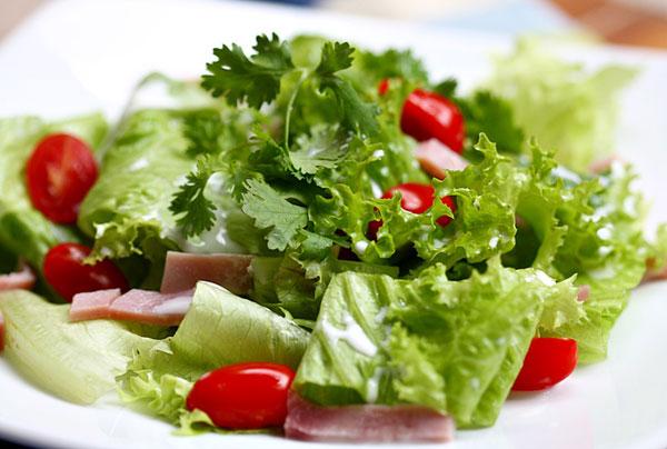 Cuối cùng, đừng bỏ qua món salad rau trộn nhé.