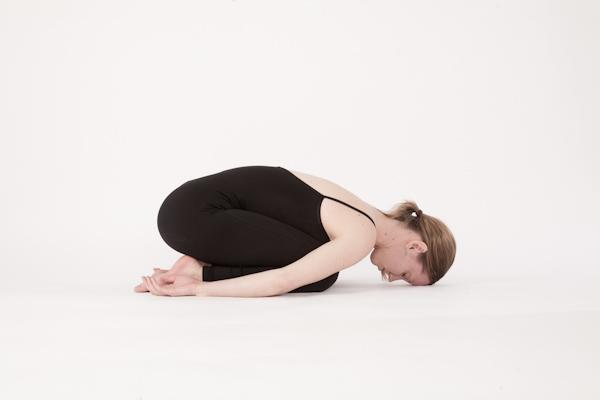 Những tư thế yoga đơn giản dành cho những cô gái lười2