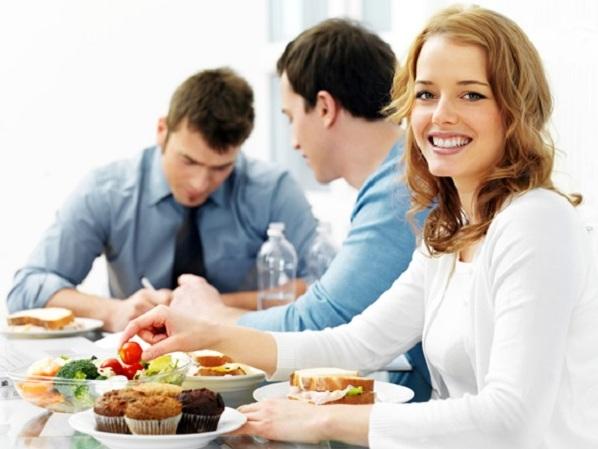 5 thói quen xấu nơi công sở làm bạn tăng cân nhanh chóng